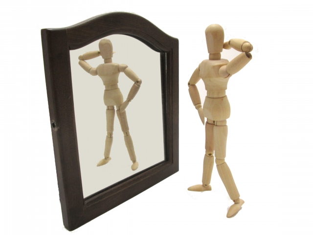 鏡に写る人形